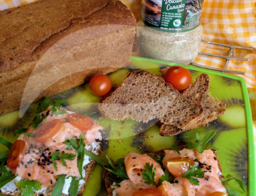 Tostas de salmón, queso y rúcula